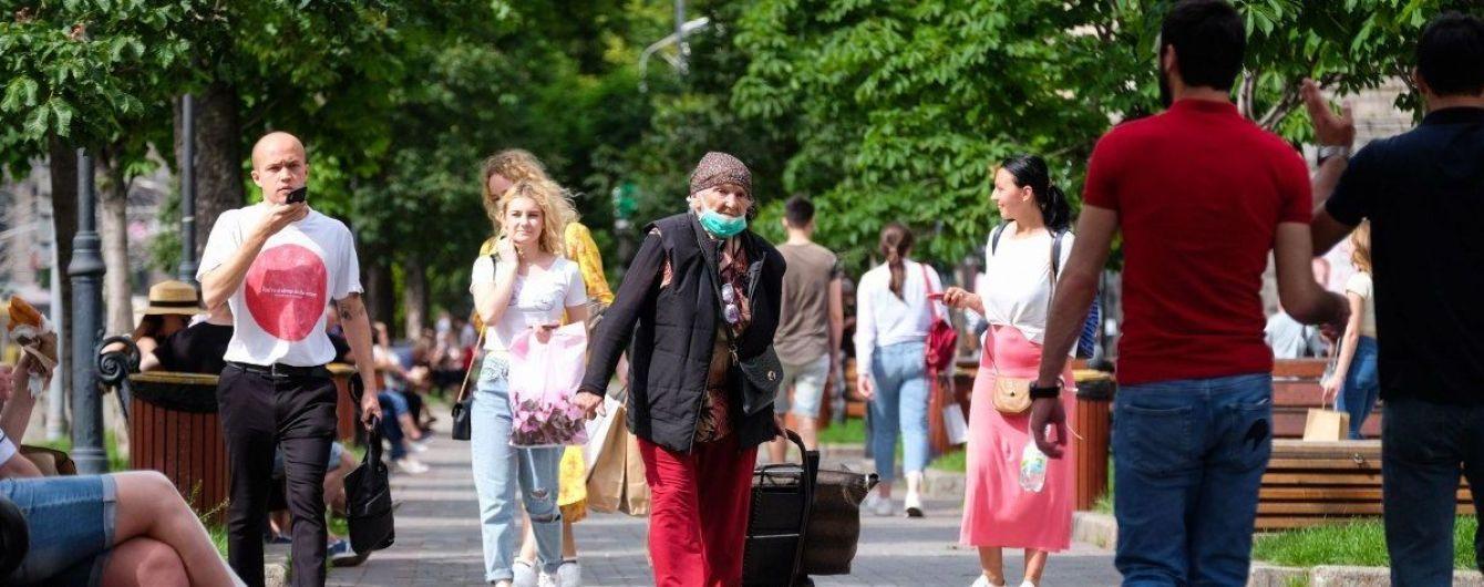 В Україні подовжили карантин з новими правилами: що це означає