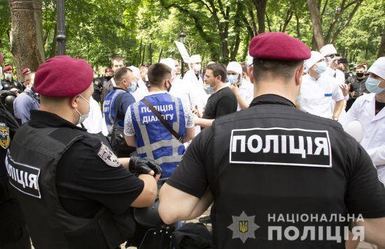 Сутички на Банковій: затримано 15 осіб та відсторонено поліцейського, який застосував силу проти активіста на акції