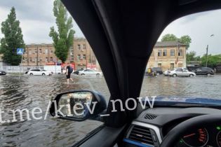 Ливень в Киеве затопил подземку и многоэтажки, а на людей падали деревья: последствия масштабной непогоды
