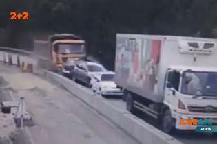 У Челябінську вантажівка знищила 5 автомобілів