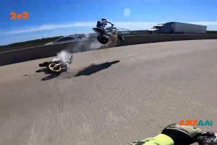 В США группа байкеров устроила шоу на заднем колесе, однако произошла авария