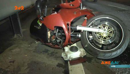 Байк та легковик у жахливій аварії зійшлися на столичній трасі