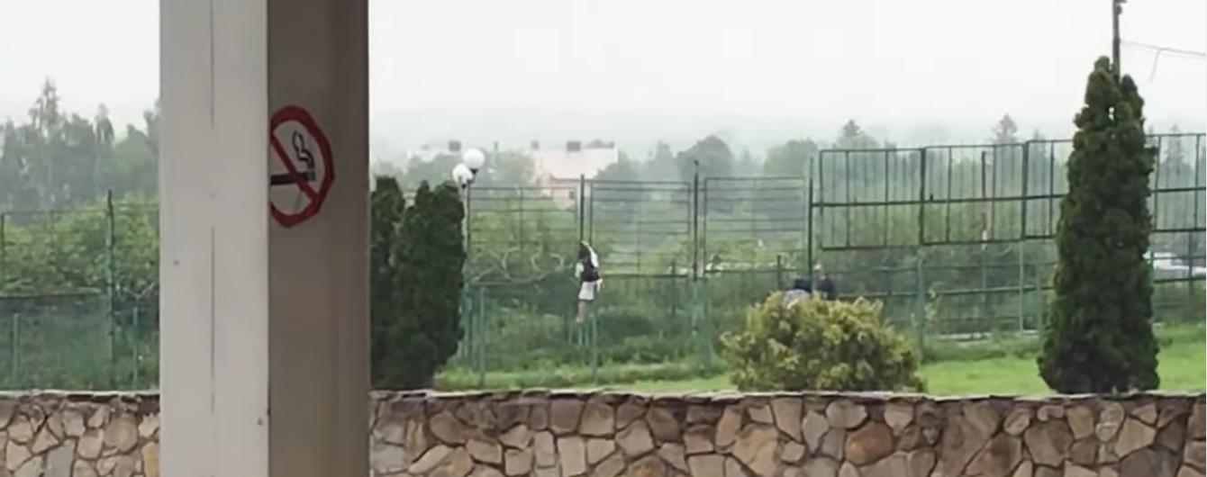 """В пункте пропуска """"Шегини"""" двое украинцев перелезли через забор в Польшу во время брифинга пограничников"""