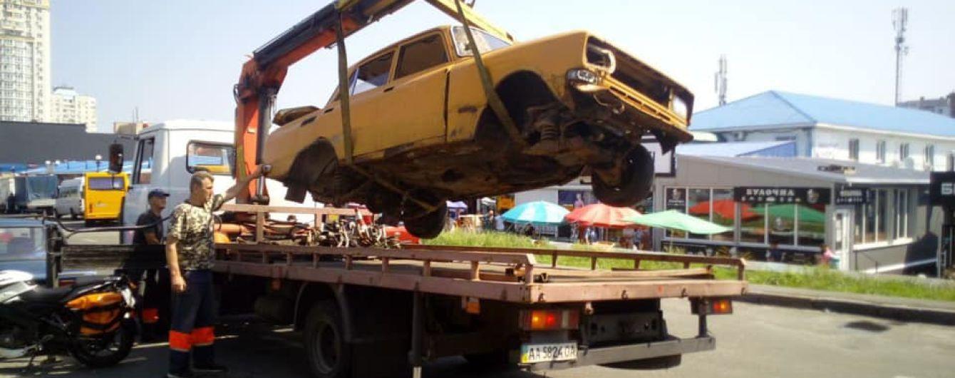 У Києві прибиратимуть з доріг та тротуарів кинуті транспортні засоби