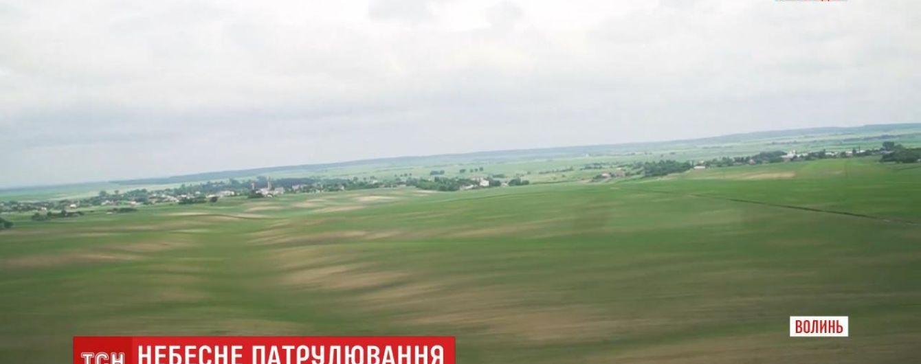 Волинський фермер на власному літаку спостерігає за пожежною ситуацією в місцевих лісах