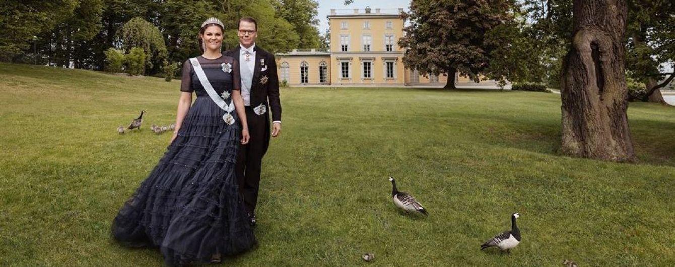 Напередодні річниці весілля: королівський двір поділився фотосесією кронпринцеси Вікторії та її чоловіка Деніеля