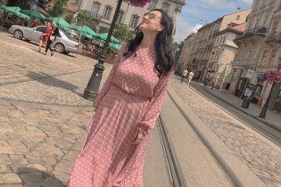 У пудровій сукні з принтом polka dot: Соломія Вітвіцька прогулялася Львовом
