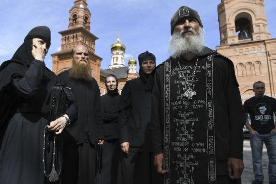 У Росії церковний суд позбавили сану духовника, який захопив з бойовиками храм і заперечував коронавірус