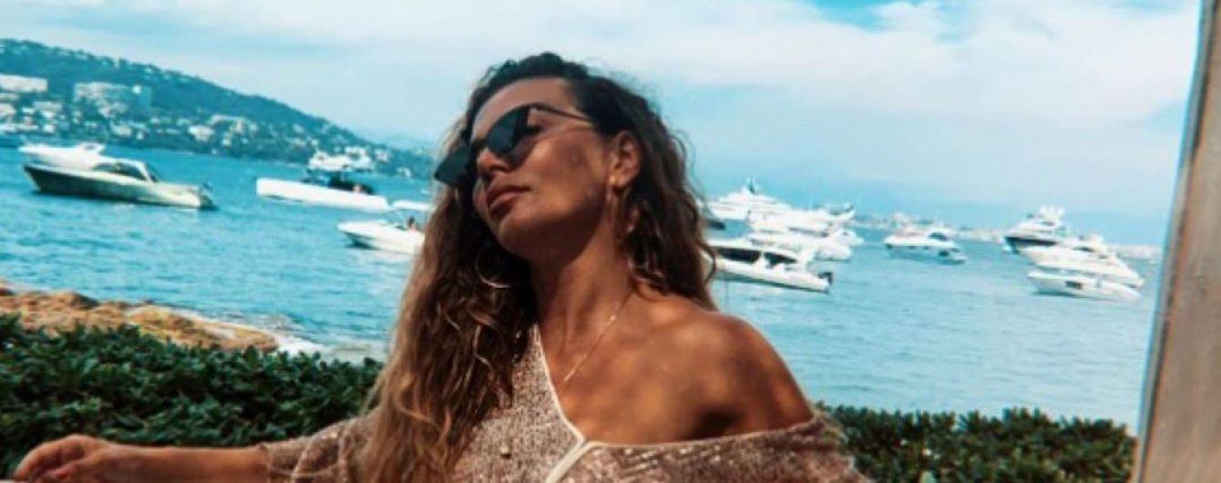 Анна Седокова в желтом купальнике похвасталась стройностью