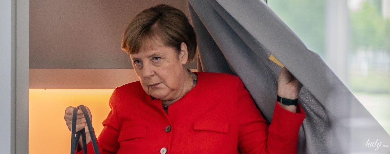 В красном жакете и с вместительной сумкой: Ангела Меркель в ярком образе пришла в бундестаг