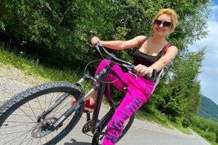 В штанах цвета фуксии и на велосипеде: Ирина Федишин покаталась в Карпатах