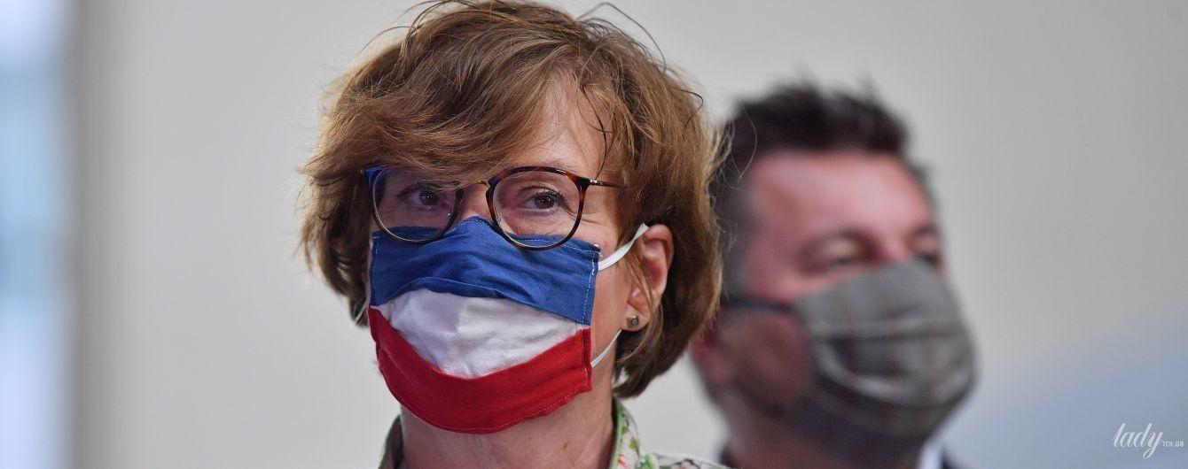 С национальной маской и в элегантном цветочном жакете: эффектный образ немецкого политика
