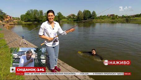 Курьез в прямом эфире: Руслан Сеничкин упал в воду во время рыбалки