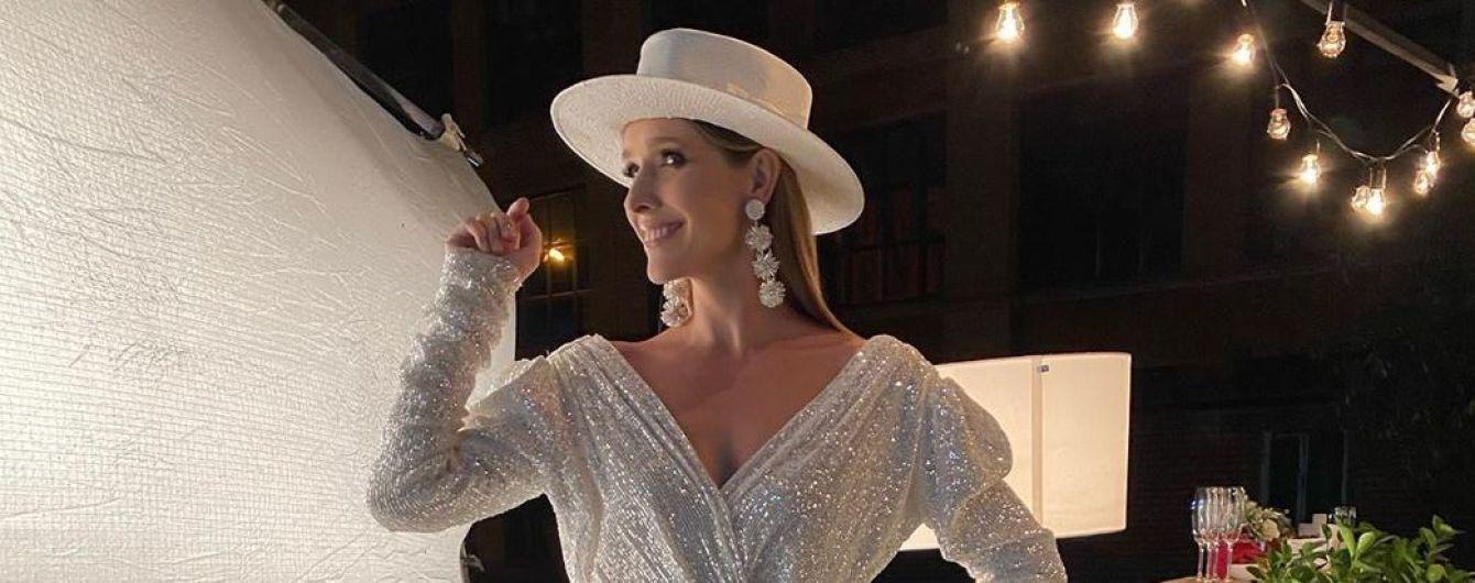 У сріблястій мінісукні з пікантним декольте: Катя Осадча підкреслила стрункі ноги ефектним вбранням