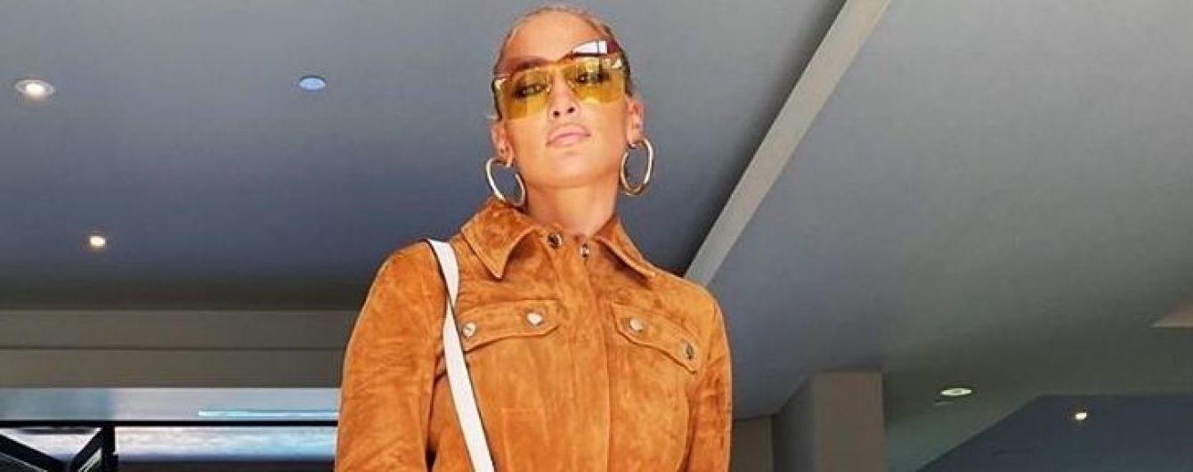 В кожаных мини-шортах и ботфортах: Джей Ло в стильном наряде приехала на студию