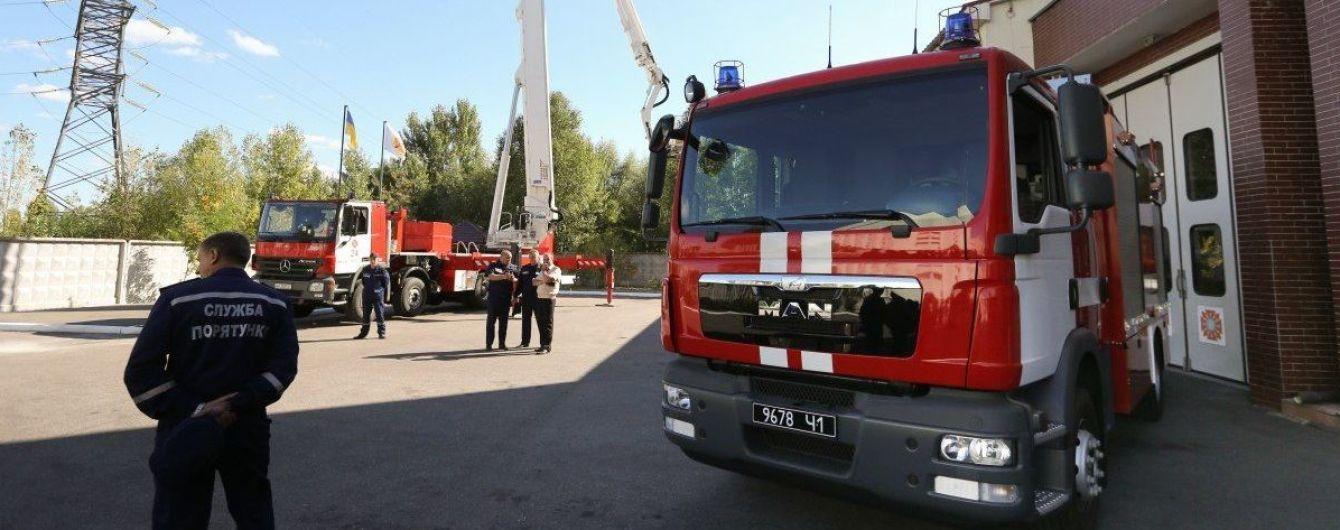У Мережі з'явилося відео, як пожежна машина з увімкненими сиренами знесла позашляховик