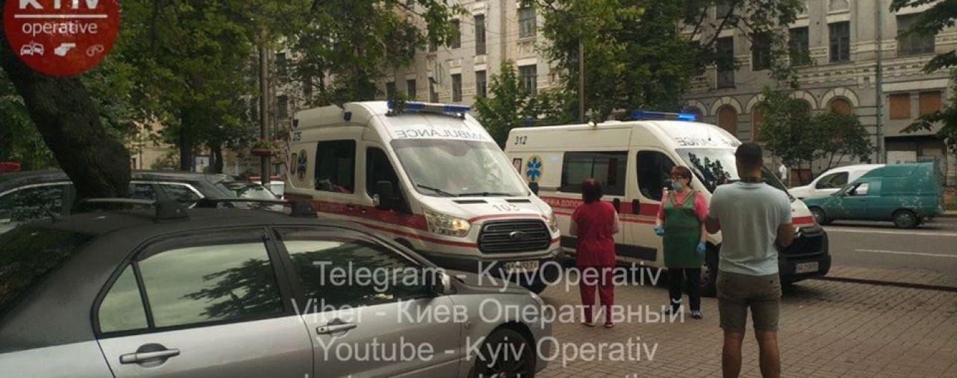 У Києві жінка з дитиною на руках вистрибнула з вікна 4 поверху
