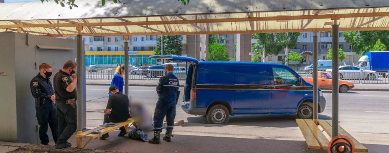 На остановке в Днепре внезапно умер мужчина