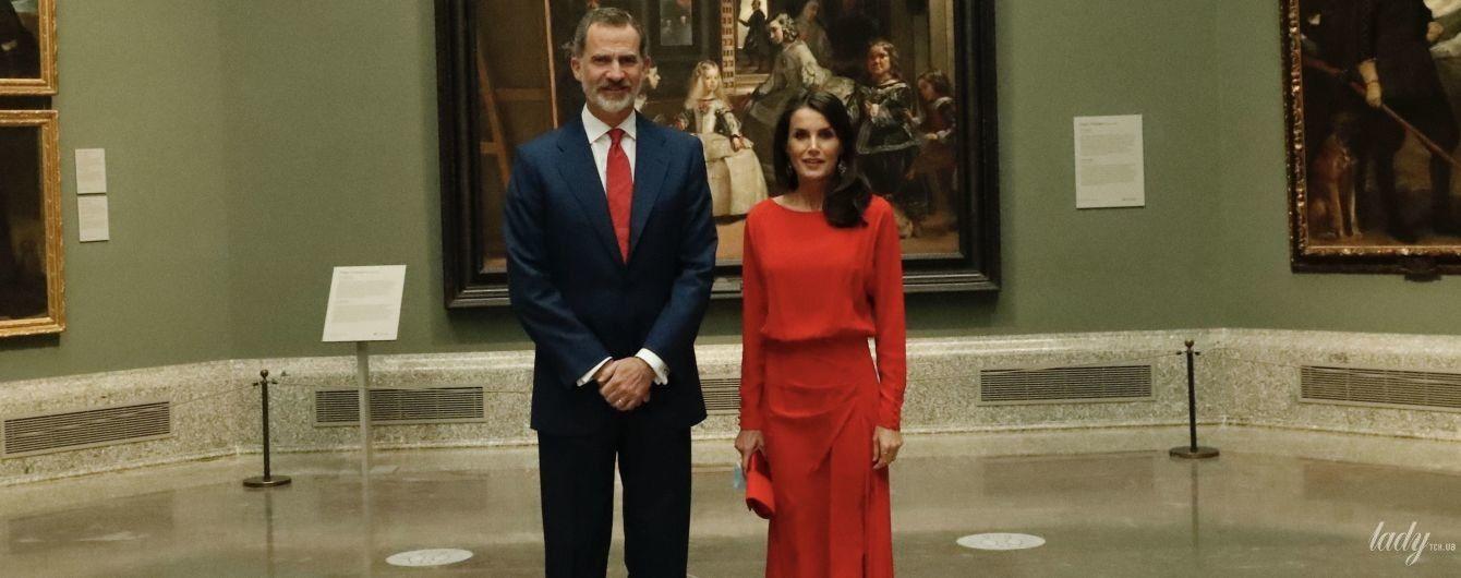 В червоній сукні і човниках до тону: королева Летиція з чоловіком Філіпом сходила до музею