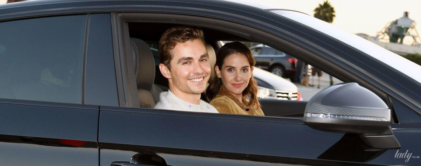 Щасливі разом: Елісон Брі з чоловіком подивилася прем'єру фільму в автокінотеатрі