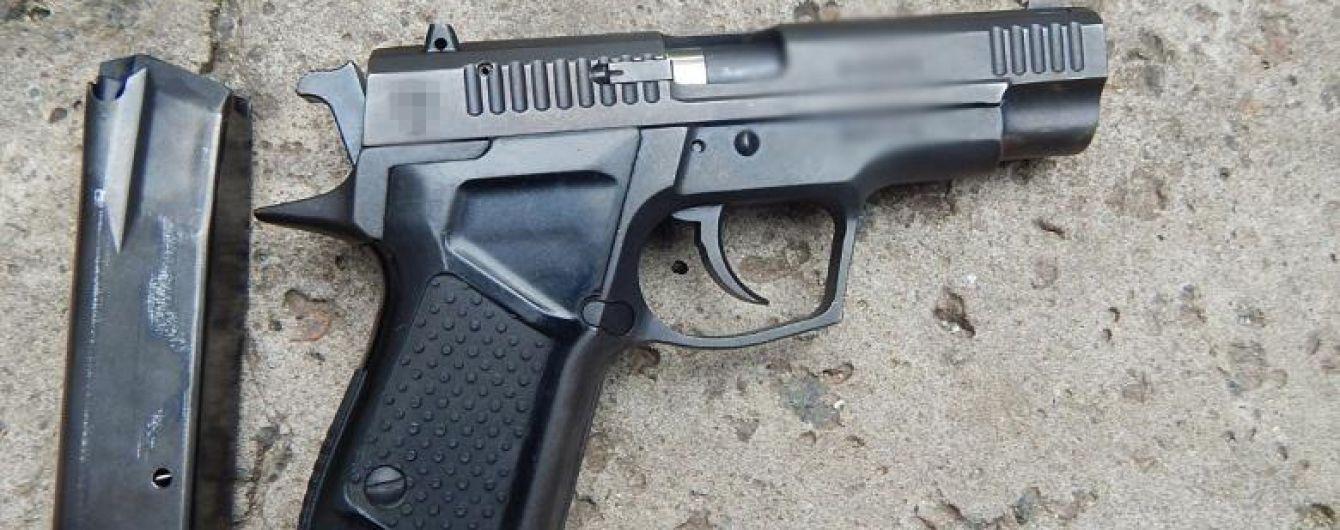 У Києві затримали жінку, яка влаштувала стрілянину на столичній Оболоні