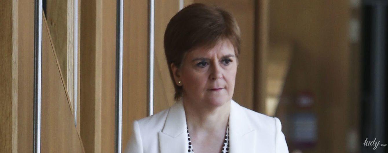 У білому жакеті і блузці з принтом polka dot: струнка перша міністерка Шотландії виступила в парламенті