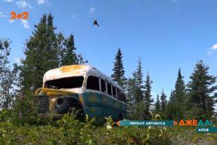 Місцева влада Аляски евакуювала гелікоптером старий автобус з нетрів
