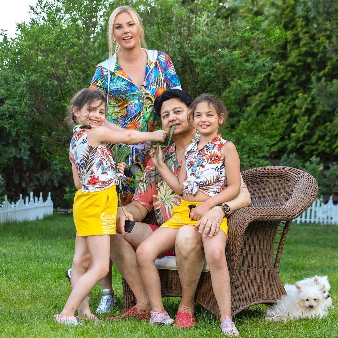 Камалія з чоловіком та доньками_1
