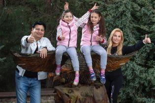 Камалія зачарувала сімейним знімком з чоловіком та доньками-двійнятами