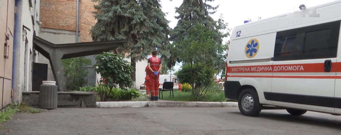 Вспышка коронавируса на винницкой станции скорой помощи: работники жалуются на нечеловеческие условия труда