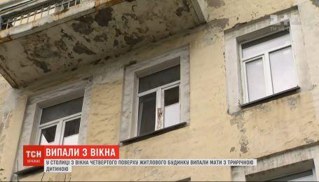 Полиция расследует падение матери с ребенком из окна как покушение на убийство