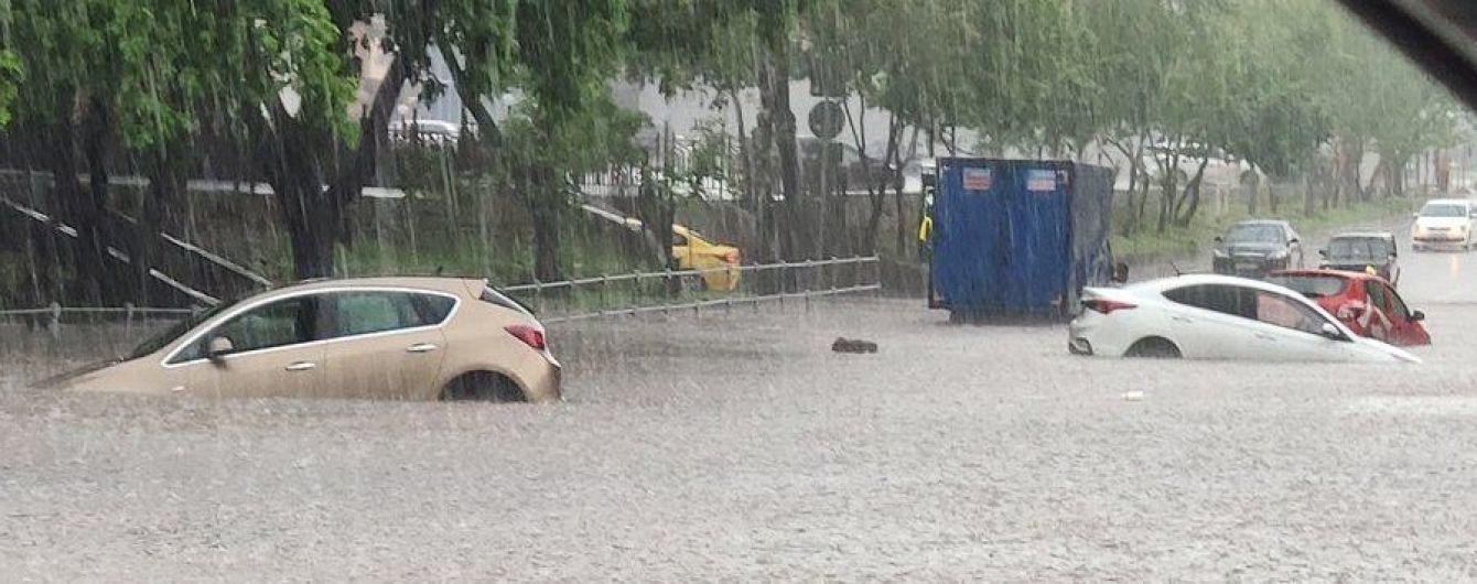 После сильного ливня Москва ушла под воду - затоплены улицы и подземные переходы