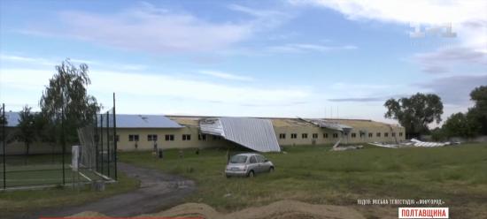 Зірвані дахи та повалені дерева: буревій накоїв шкоди у Полтавській області