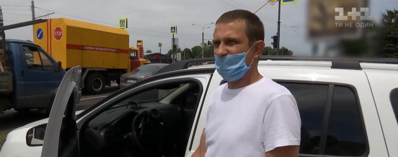 В центре Харькова мужчина смог остановить неуправляемое такси, водителю которого стало плохо во время движения