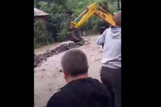 Паводок превратил улицу в закарпатском селе на стремительную реку