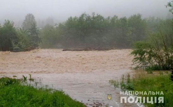 На Буковині обмежили рух через паводок, який руйнує дороги і загрожує мостам