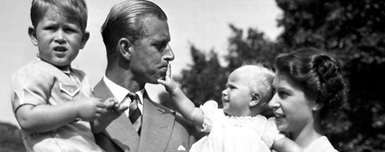Ко дню отца: королева Елизавета II, принц Филипп и принц Чарльз поделились архивными снимками в Сети