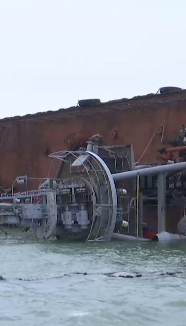 """С полузатонувшего танкера """"Делфи"""" топливо вытекло на одесское побережье"""