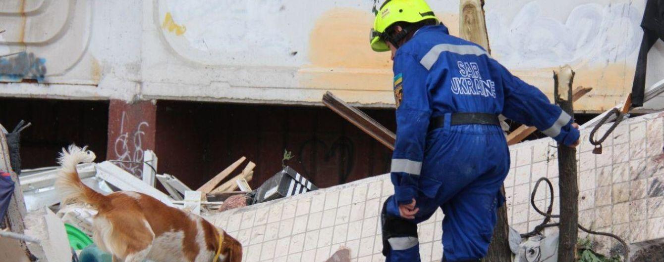Вибух у Києві: рятувальники укріплюють стіну будинку, щоб уникнути нових обвалів