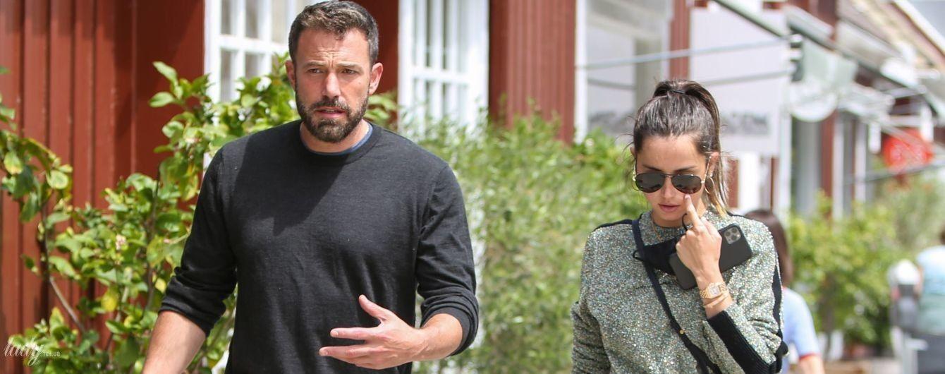 В масках і без: Бен Аффлек з коханою прогулявся  Лос-Анджелесом