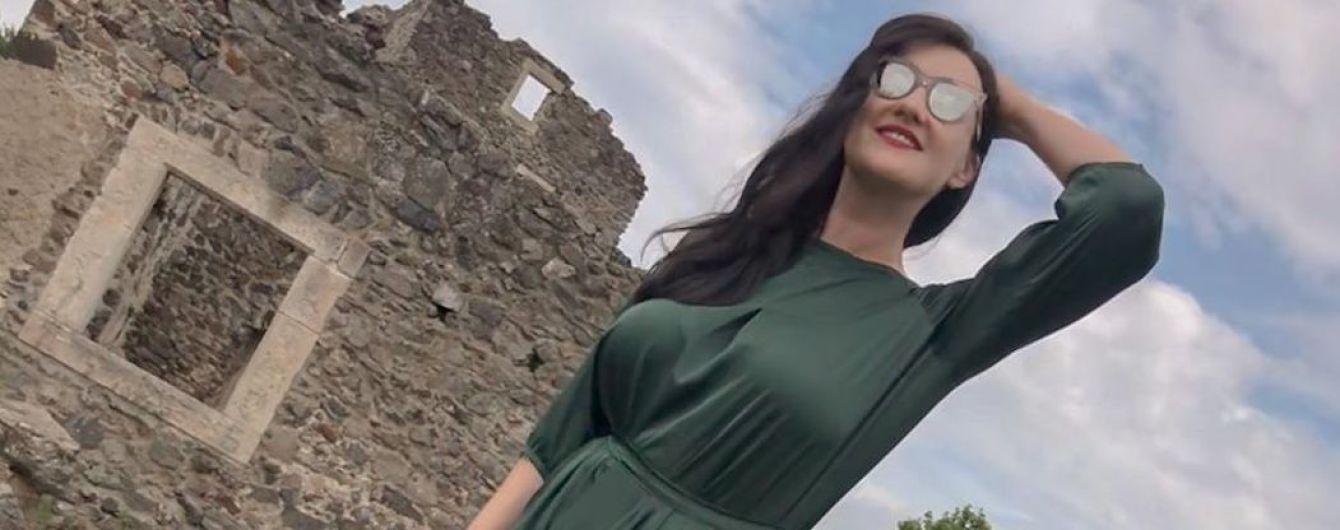 В изумрудном платье и кедах: Соломия Витвицкая позировала на фоне разрушенного замка