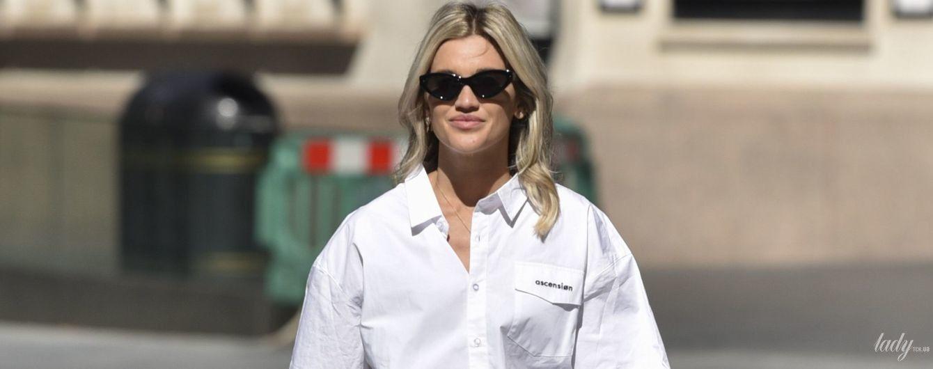 Красиво і недорого: Ешлі Робертс в короткій спідниці і сорочці оверсайз прийшла на роботу