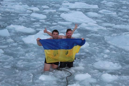 """У краватках до крижаної води: на станції """"Академік Вернадський"""" відсвяткували найдовшу полярну ніч"""