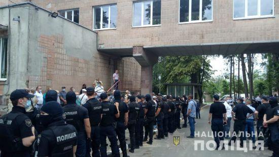 Коронавірусний скандал у Харкові: у сутичках біля медзакладу травмували двох поліцейських