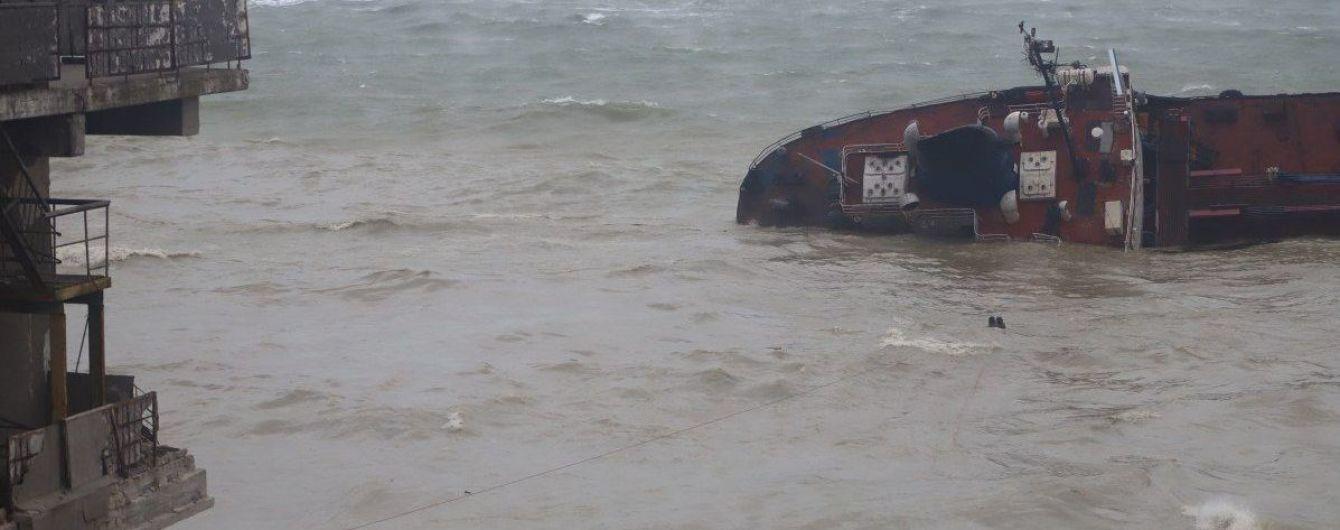"""Площадь разлива топлива с затонувшего танкера """"Делфи"""" в Одессе достигает до 400 кв.м: туристам советуют не купаться"""