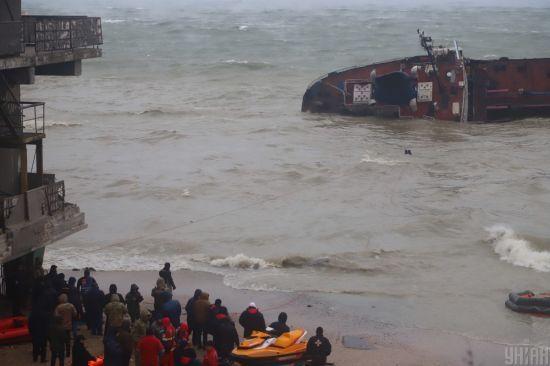 """Площа розливу палива із затонулого танкера """"Делфі"""" в Одесі сягає до 400 кв.м: туристам радять не купатися"""