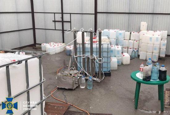 У Запоріжжі викрили цех, який щомісяця збував контрафактний спирт на понад два мільйони гривень