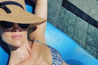 У синьому бікіні і солом'яному капелюсі: багатодітна мама Бар Рафаелі засмагає біля басейну