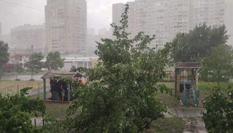 Злива тимчасово зупинила розбір завалу будинку на Позняках