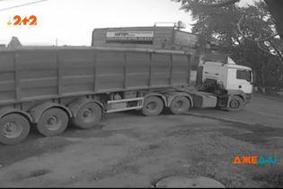 У Росії шофер вантажівки не помітив пішохода та переїхав його